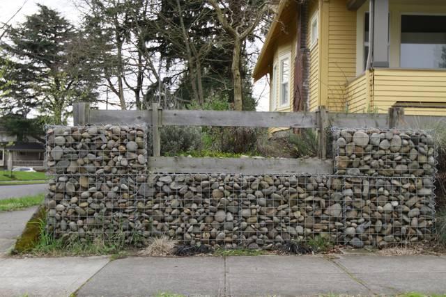 DIYの聖地・ポートランドで発見!ワイヤーを組み、石を積み上げて塀をDIY