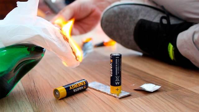チューイングガムのラップを使って火をおこすDIY術!