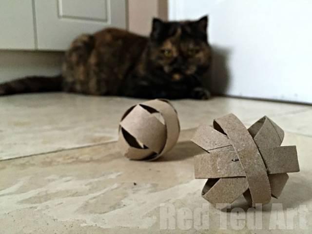 トイレットペーパーの芯を使って猫のおもちゃをDIY