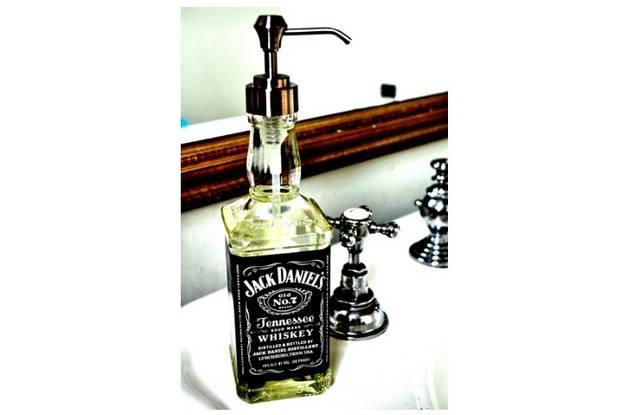 お酒好きも、インテリア好きも! ウイスキーボトルでソープディスペンサーをDIY