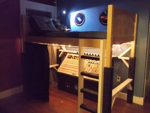 宇宙飛行士に憧れる息子のために作られた特製2段ベッド