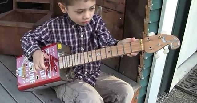 子供サイズで可愛いオイル缶ギターをDIY