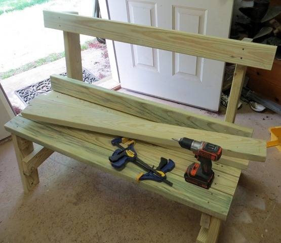 オール2×4材で本格的なガーデンベンチをDIY