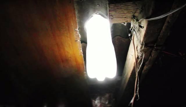 水と漂白剤で真っ暗な部屋を明るくするDIY術!