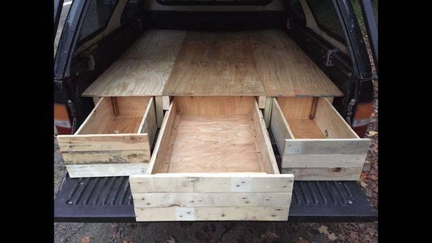 トラックの荷台に便利な棚とベッドをDIY!