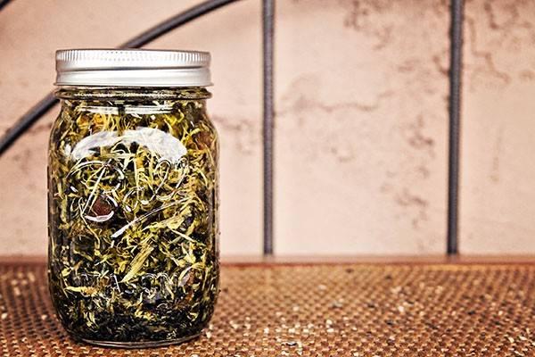 食べれて身体にも使える、ハーブのインフューズドオイルを簡単DIY!