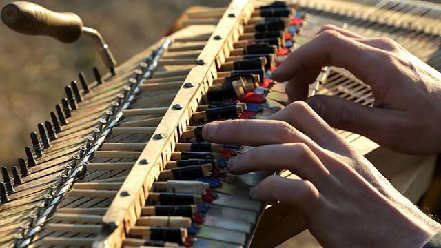 """割り箸とピアノ線で作りあげた""""幻ピアノ"""""""