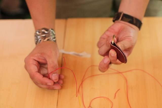 縫って磨いて仕上げる自分だけのレザーキーホルダー