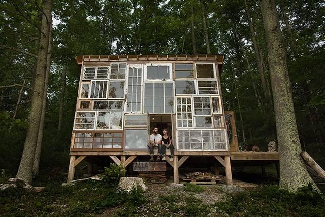 森の中に自分たちで築いた手作りハウス