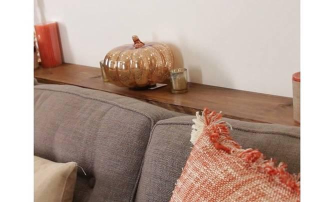 ソファーの後ろに設置できる便利なテーブルをDIY!