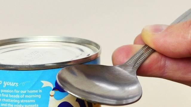 いざという時に役立つ!スプーンを使って缶詰を開けるハウツー