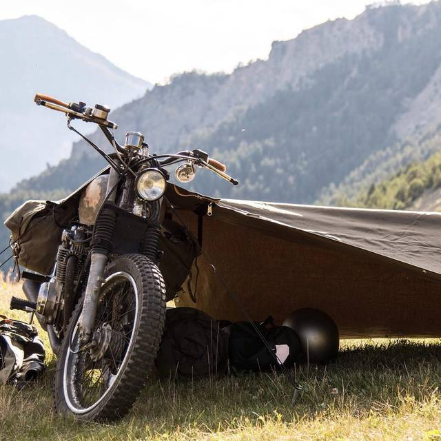 ツーリングライダー必見♪バイクを支柱の一部として活用するテント!