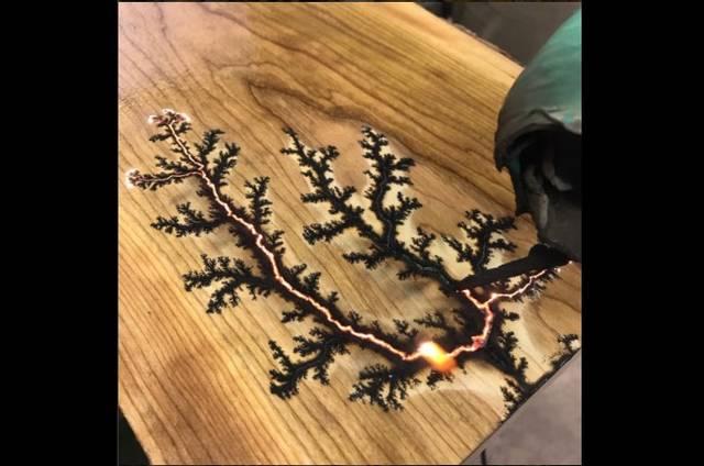 カミナリで模様を作る? 電気を利用した木工アート