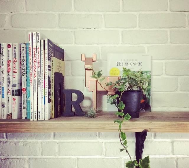 『R』ブックエンドで本棚をカッコイイ空間にしよう!