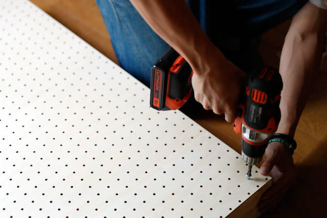 2×4材と有孔ボードで可動式シェルフをDIY!