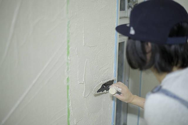 珪藻土塗りに挑戦!壁紙の上からでも塗れちゃうんです!!