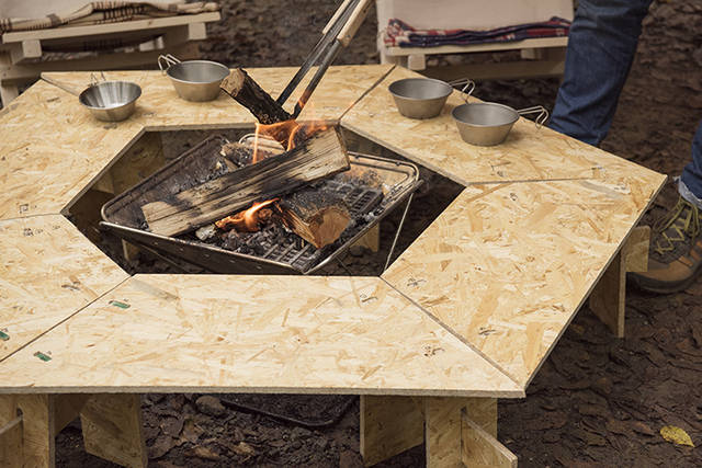 キャンプテーブルをDIY!焚き火を囲むいろり仕様!