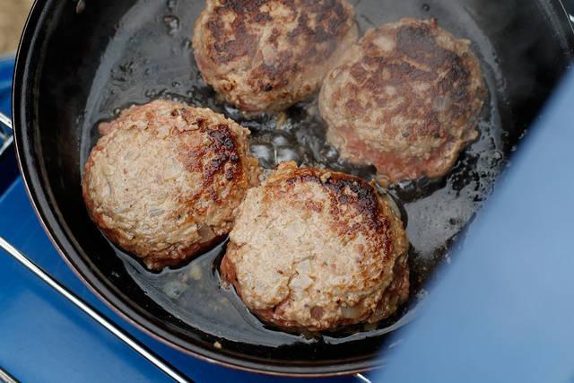 キャンプでも家でも食べたいハンバーグの作り方!