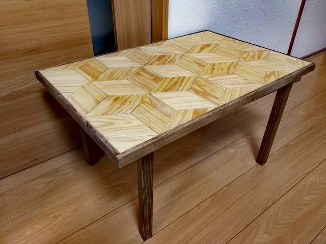 幾何学柄テーブル