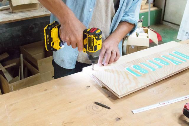 たった2枚の板で作れる!壁掛けオーガナイザーをDIY!