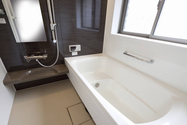 お風呂の鏡交換はいくらかかる?自分でできるの?依頼の予算とDIY方法!