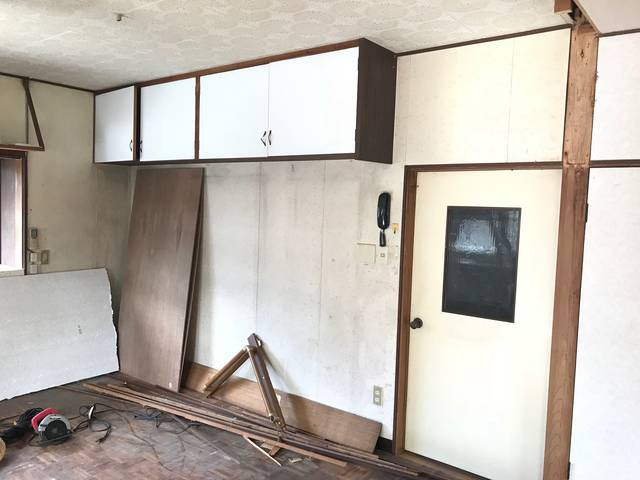 【DIYリノベ】壁に埋め込まれた棚の謎に迫る!解体と塗装でオシャレ空間に大変身?!