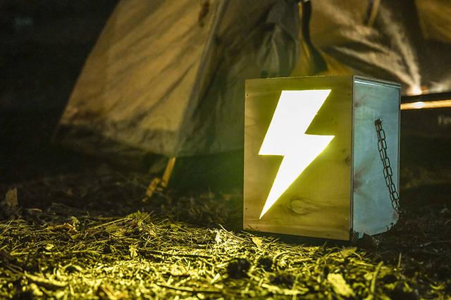 """夜キャンプの""""光る表札""""!テントを見分けるベースサインをDIY"""