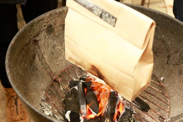 紙袋に卵をin!炎にon!目玉焼きがドン!