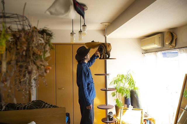山道具を巧みに収納!壁面を有効活用した2人と1匹暮らし