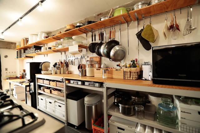 2.7mのアイランドキッチンを支える壁面収納部屋!
