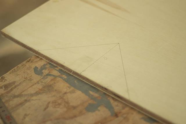 3cmの隙間にすっぽり収納!パタパタ折りたためるスツールをDIY!