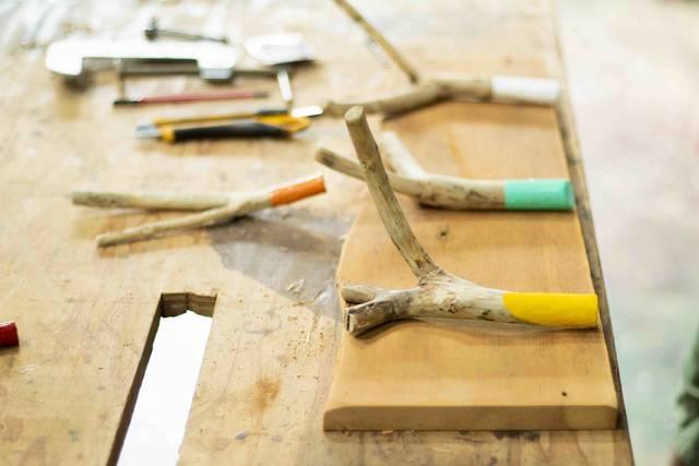 枯れ枝だって立派な木材!低予算でオシャレな壁掛けフックが完成!