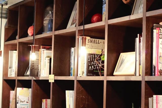 ブック・ラバー垂涎ものの本棚は、「Hondana」というリノベーションシリーズの内装。アイデア次第でテレビ台や机としても使えて、自分のスタイルを思う存分見せられます。