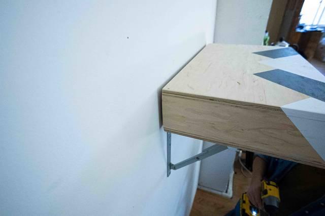 この金具、もっと早く出会いたかった…。机にも早変わりな可動式シェルフ!