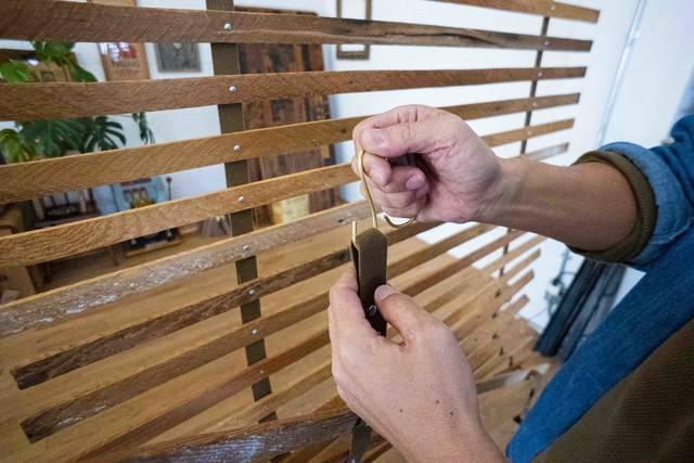 もっと自由に間取りを仕切る!古材とベルトで作るDIYパーテーション