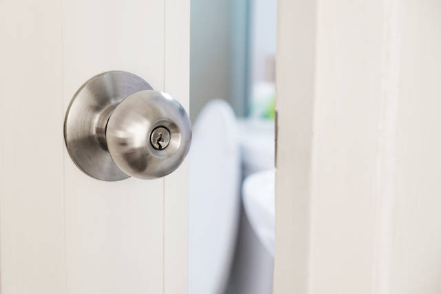 【DIY】トイレのドアノブ交換方法を徹底解説!DIYでも簡単にできる!