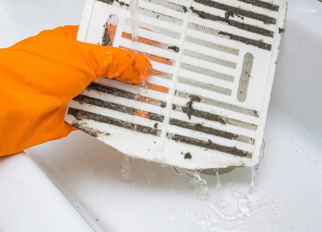 お風呂の換気扇、24時間回しっぱなしで大丈夫?浴室換気扇の正しい使い方や清掃方法などを解説