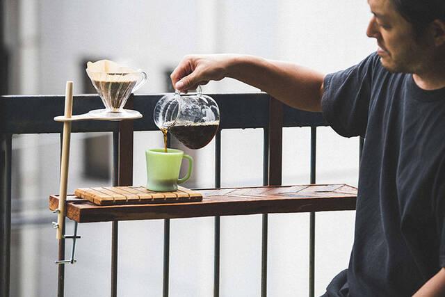どこでも挟んで即・コーヒースタンド!たった2つの材料で作れるクランプDIY