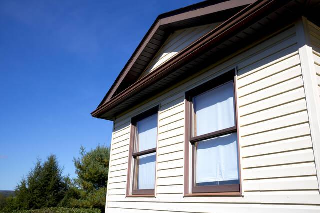 外壁の汚れは自分で洗える?くすみやコケの落とし方&汚れにくくする方法