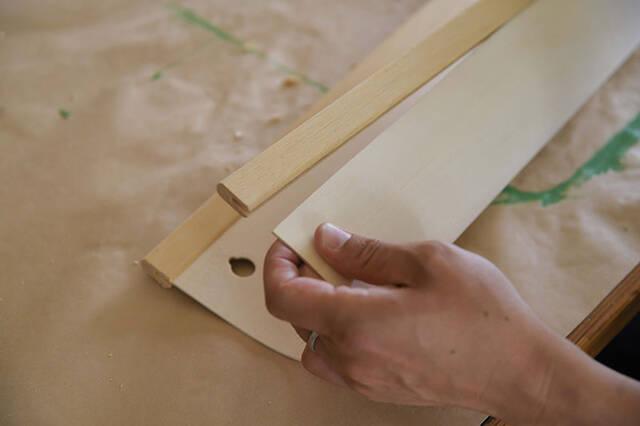 ベニヤ板曲げられるって知ってた?一枚の板でミニマルな壁掛けラックをDIY