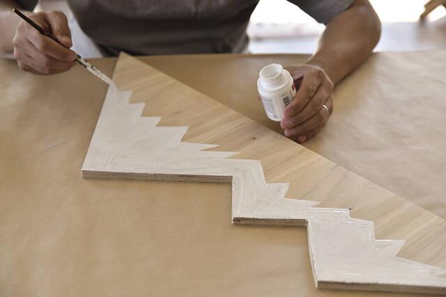 """2枚の板がここまで化ける!""""IKEAクランプ""""を使った超簡単な壁掛けラックDIY"""