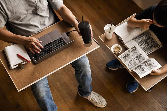 """""""膝の上""""と書いて、オフィスと読む。キャンプチェアで働く快適デスクをDIY"""