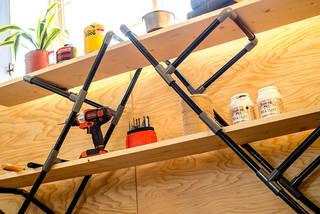 電動ドリルもハンマーも用意しなくてOK! 塩ビ管と板だけで棚をDIY!